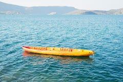 Κίτρινη πλαστική βάρκα στη θάλασσα Στοκ φωτογραφία με δικαίωμα ελεύθερης χρήσης