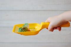 Κίτρινη πλαστική σέσουλα για τα απορρίματα γατών που καθαρίζουν whith το anthurium λουλούδι - συμπαθητική μυρωδιά και καμία έννοι Στοκ φωτογραφία με δικαίωμα ελεύθερης χρήσης
