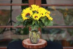 Κίτρινη ρύθμιση λουλουδιών Στοκ εικόνα με δικαίωμα ελεύθερης χρήσης