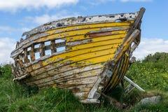 Κίτρινη σάπια βάρκα Στοκ εικόνα με δικαίωμα ελεύθερης χρήσης