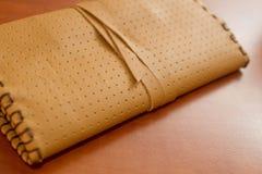 Κίτρινη σακούλα καπνών δέρματος στοκ φωτογραφίες