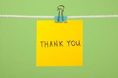 """Κίτρινη σημείωση εγγράφου για τη σκοινί για άπλωμα με το κείμενο """"Thank You† Στοκ Εικόνες"""