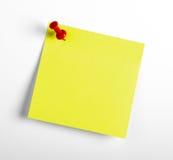 Κίτρινη σημείωση υπενθυμίσεων με την κόκκινη καρφίτσα   Στοκ φωτογραφίες με δικαίωμα ελεύθερης χρήσης