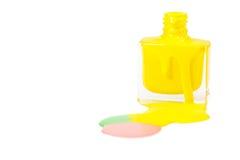 Κίτρινη στιλβωτική ουσία καρφιών που ανατρέπεται που απομονώνεται στο άσπρο υπόβαθρο Στοκ φωτογραφίες με δικαίωμα ελεύθερης χρήσης