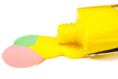 Κίτρινη στιλβωτική ουσία καρφιών που ανατρέπεται που απομονώνεται στο άσπρο υπόβαθρο Στοκ φωτογραφία με δικαίωμα ελεύθερης χρήσης
