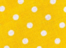 Κίτρινη σύσταση υφάσματος με τα άσπρα σημεία Πόλκα Στοκ Φωτογραφίες