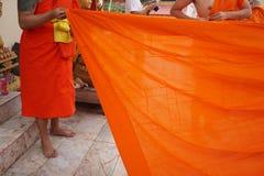 Κίτρινη τήβεννος των βουδιστικών μοναχών, ταϊλανδικά στοκ εικόνα με δικαίωμα ελεύθερης χρήσης