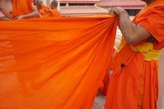 Κίτρινη τήβεννος των βουδιστικών μοναχών, ταϊλανδικά στοκ φωτογραφίες