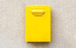 Κίτρινη ταχυδρομική θυρίδα ταχυδρομείων στον επικονιασμένο τοίχο Στοκ Φωτογραφία