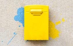 Κίτρινη ταχυδρομική θυρίδα ταχυδρομείων στον επικονιασμένο τοίχο Στοκ Φωτογραφίες
