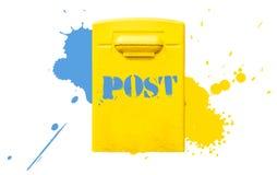 Κίτρινη ταχυδρομική θυρίδα ταχυδρομείων στον επικονιασμένο τοίχο Στοκ Εικόνες