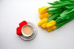 κίτρινη τουλίπα και ένα φλυτζάνι του καυτού τσαγιού ή του καφέ στοκ φωτογραφία με δικαίωμα ελεύθερης χρήσης