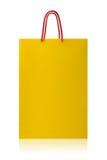 Κίτρινη τσάντα αγορών, με το ψαλίδισμα της πορείας στο άσπρο backgr Στοκ Εικόνες