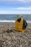 Κίτρινη τσάντα, μαντίλι και σανδάλια δέρματος στην παραλία Στοκ φωτογραφία με δικαίωμα ελεύθερης χρήσης