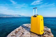 Κίτρινη τσάντα στην αποβάθρα πετρών μικρό ταξίδι χαρτών του Δουβλίνου έννοιας πόλεων αυτοκινήτων Στοκ εικόνες με δικαίωμα ελεύθερης χρήσης