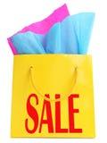 Κίτρινη τσάντα δώρων με το κόκκινο superscription ΠΩΛΗΣΗΣ Στοκ εικόνες με δικαίωμα ελεύθερης χρήσης