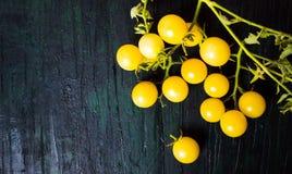 Κίτρινη χαρωπή ντομάτα σε έναν ξύλινο πίνακα Στοκ φωτογραφία με δικαίωμα ελεύθερης χρήσης