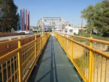 Κίτρινη χρωματισμένη γέφυρα πέρα από το κανάλι Corinth Στοκ εικόνες με δικαίωμα ελεύθερης χρήσης