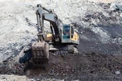 κίτρινη backhoe εργασία στο ανθρακωρυχείο Στοκ φωτογραφία με δικαίωμα ελεύθερης χρήσης