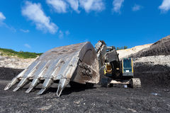 κίτρινη backhoe εργασία στο ανθρακωρυχείο Στοκ εικόνα με δικαίωμα ελεύθερης χρήσης
