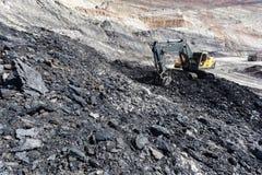 κίτρινη backhoe εργασία στο ανθρακωρυχείο Στοκ Εικόνες