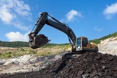κίτρινη backhoe εργασία στο ανθρακωρυχείο Στοκ φωτογραφίες με δικαίωμα ελεύθερης χρήσης