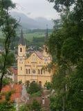 Κίτρινη katholic εκκλησία στο brunico στοκ εικόνες