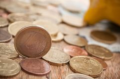 Κίτρινη piggy τράπεζα στα ευρο- νομίσματα και τραπεζογραμμάτια στο wo Στοκ Φωτογραφίες