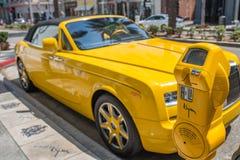 Κίτρινη Rolls-$l*royce στάθμευσε στο Drive ροντέο στο Μπέβερλι Χιλς στοκ εικόνα
