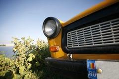 Κίτρινη Trabant στενή άποψη Στοκ Φωτογραφία