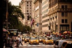 Κίτρινοι γύροι taxis στη 5$η λεωφόρο στη Νέα Υόρκη Στοκ φωτογραφία με δικαίωμα ελεύθερης χρήσης