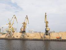 Κίτρινοι λιμενικοί γερανοί στο βόρειο λιμένα στη Μόσχα Στοκ Φωτογραφίες