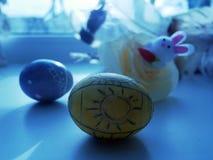 Κίτρινοι και μπλε βαμμένοι αυγά, τουλίπες και λαγοί Πάσχας για την εορταστική διάθεση Στοκ εικόνα με δικαίωμα ελεύθερης χρήσης