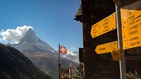 Κίτρινοι οδηγοί πεζοπορίας και το Matterhorn κοντά σε Zermatt Ελβετία στοκ εικόνες με δικαίωμα ελεύθερης χρήσης