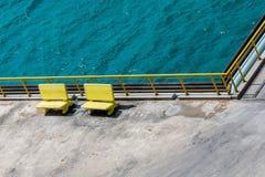 Κίτρινοι πάγκοι από Aqua Water Στοκ φωτογραφία με δικαίωμα ελεύθερης χρήσης