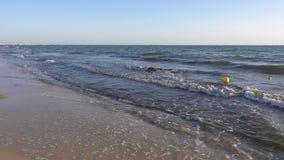 Κίτρινοι σημαντήρες που επιπλέουν στα βαθιά νερά στην παραλία θάλασσας σε αργή κίνηση φιλμ μικρού μήκους