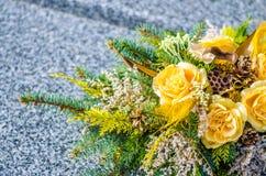 Κίτρινος αυξήθηκε διακόσμηση λουλουδιών σε όλη την ημέρα Αγίων Στοκ Εικόνα