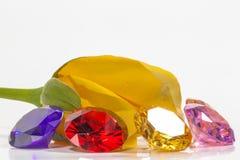 κίτρινος αυξήθηκε λουλούδι με τα ζωηρόχρωμα διαμάντια Στοκ φωτογραφία με δικαίωμα ελεύθερης χρήσης