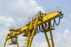 Κίτρινος βιομηχανικός γερανός Στοκ φωτογραφία με δικαίωμα ελεύθερης χρήσης