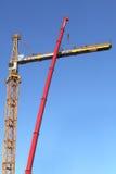 Κίτρινος γερανός κατασκευής κατά τη διάρκεια της συνέλευσης που χρησιμοποιεί έναν κινητό γερανό Στοκ Φωτογραφία