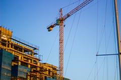 Κίτρινος γερανός στο κέντρο της πόλης στοκ εικόνα
