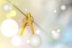 Κίτρινος γόμφος ενδυμάτων σε μια γραμμή πλύσης Στοκ Φωτογραφίες