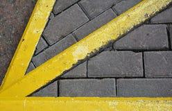 Κίτρινος δείκτης βελών στο πεζοδρόμιο Στοκ Φωτογραφίες