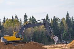 Κίτρινος εκσκαφέας κατασκευής στην εργασία Στοκ φωτογραφία με δικαίωμα ελεύθερης χρήσης