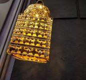 κίτρινος ελαφρύς βολβός γυαλιού με το διακοσμημένο φως προσαρτημάτων και κλίσης στοκ φωτογραφίες
