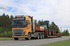 Κίτρινος εξοπλισμός δασονομίας μεταφορών της VOLVO FH στοκ φωτογραφίες με δικαίωμα ελεύθερης χρήσης