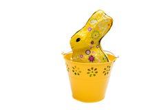 Κίτρινος διακοσμητικός κάδος με το κουνέλι σοκολάτας που απομονώνεται Στοκ φωτογραφία με δικαίωμα ελεύθερης χρήσης