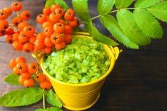 Κίτρινος κάδος aromatherapy πράσινο minerals spa Στοκ εικόνα με δικαίωμα ελεύθερης χρήσης
