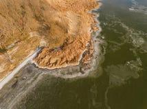 Κίτρινος κάλαμος και παγωμένος ποταμός στο χειμώνα Στοκ εικόνα με δικαίωμα ελεύθερης χρήσης