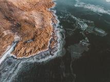 Κίτρινος κάλαμος και παγωμένος ποταμός στο χειμώνα Στοκ φωτογραφίες με δικαίωμα ελεύθερης χρήσης